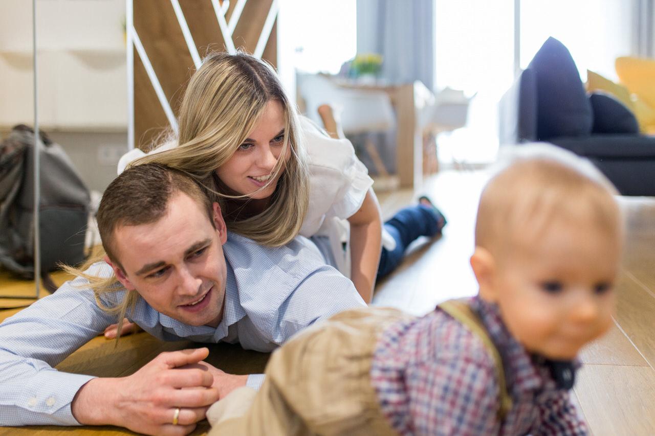 dziecko w szelkach, mama i tata, zabawa z dzieckiem