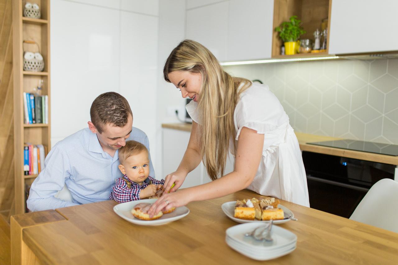 dziecko w szelkach, paczek, ciasto dla dzieci, meble ikea
