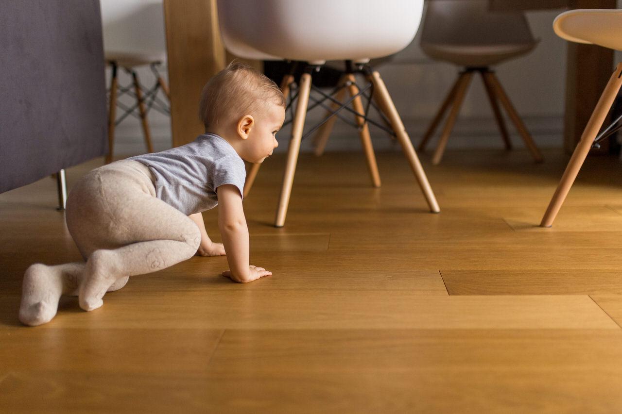 raczkujace dziecko, dziecko pod stolem, krzesla ikea, meble ikea