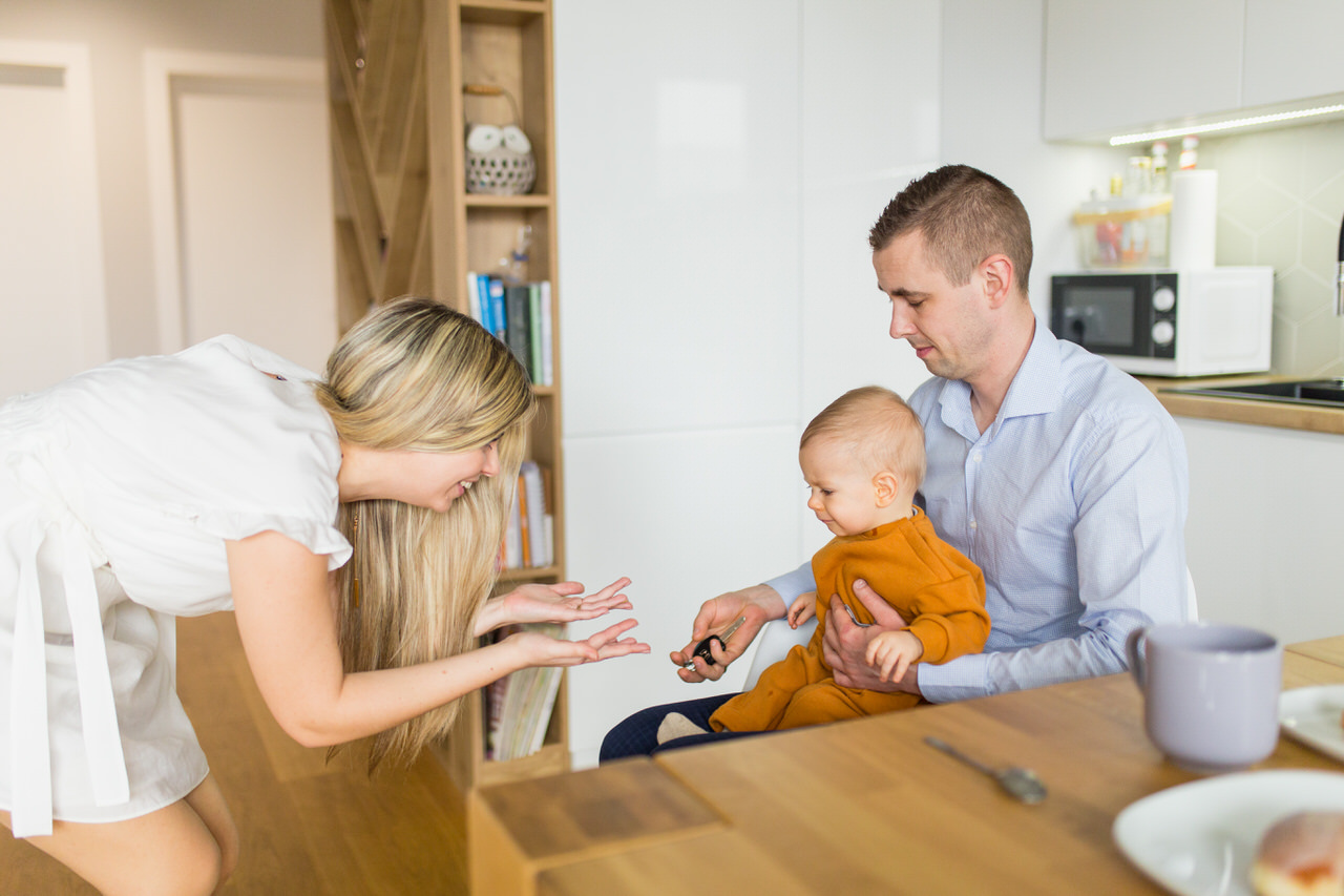 zabawa z dzieckiem, mama tata i syn, ksiazki w kuchni, meble ikea, kubek na stole